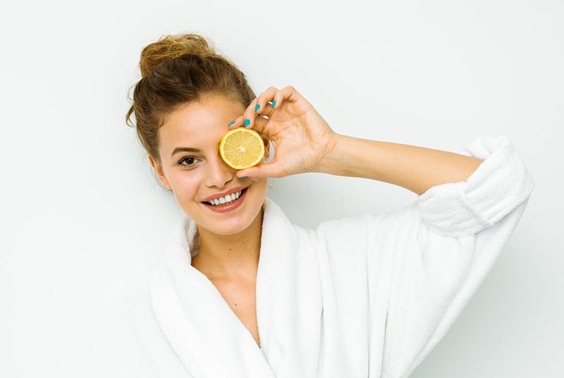 Vitamina C na pele: ingestão ou aplicação tópica?